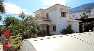 Villa mit Pool und 1 Appartement in Denia
